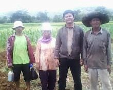 bersama petani Desa Tomo, Kab. Sumedanf